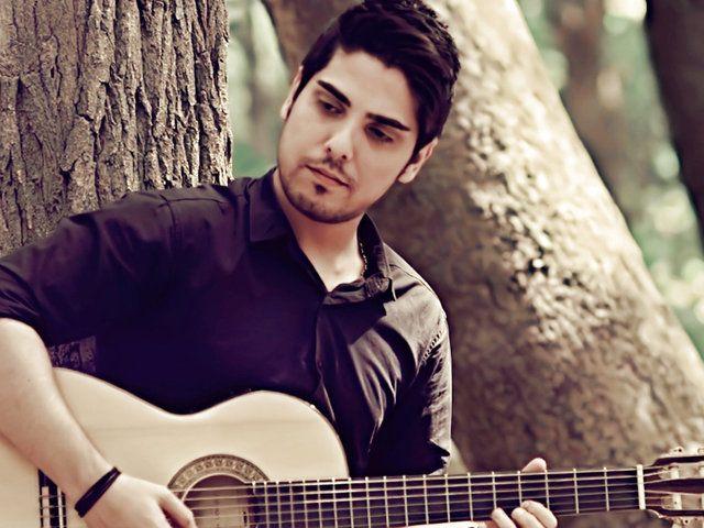 عکس اینستاگرام رامین بی باک در حال گیتار زدن