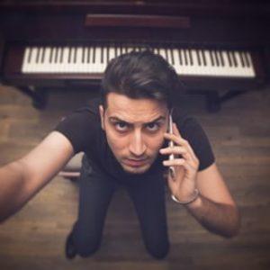 عکس اینستاگرام پاکان شیرازیانی در کنار پیانو