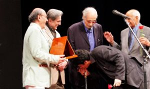 عکس اینستاگرام عبدالوهاب شهیدی و بوسه همایون شجریان بر دستان او